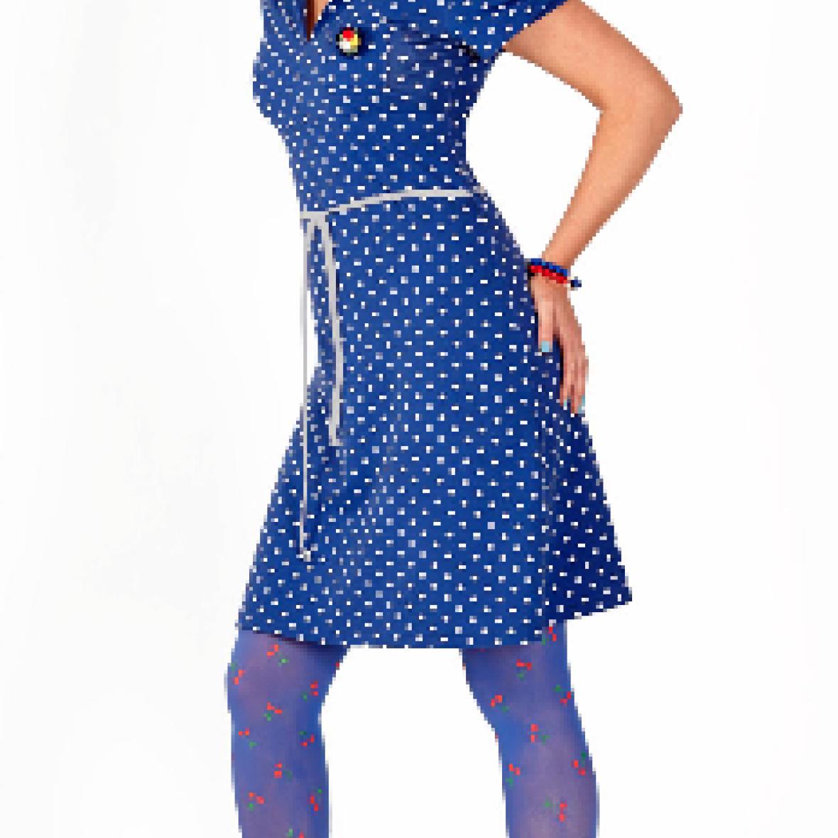 marineblå kjole med prikker
